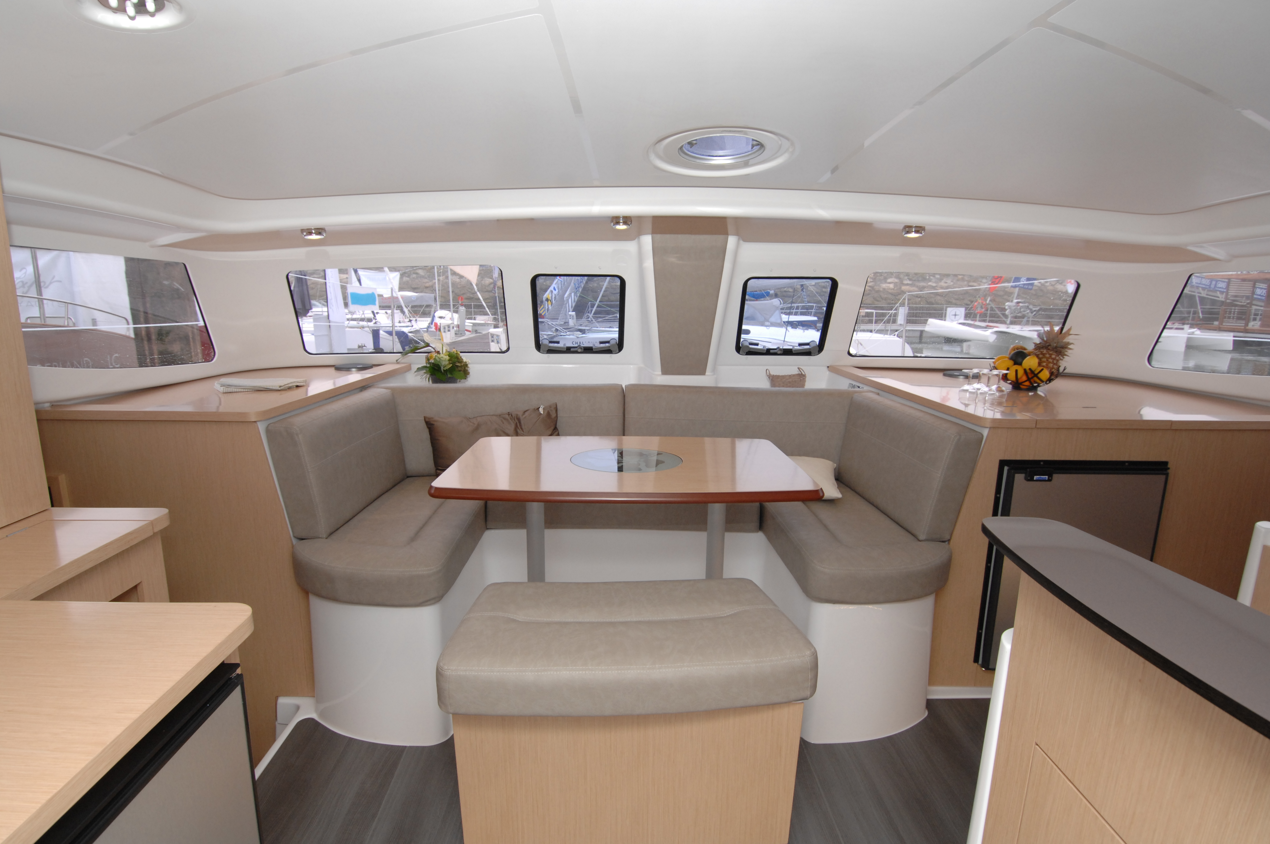 Mah 36 evolution fountaine pajot catamarans mah 36 for Interieur 607