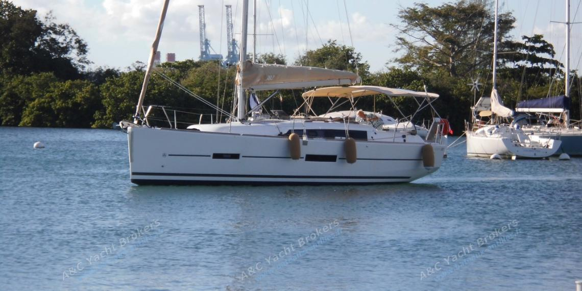 Dufour 382 Grand-Large:  At anchor